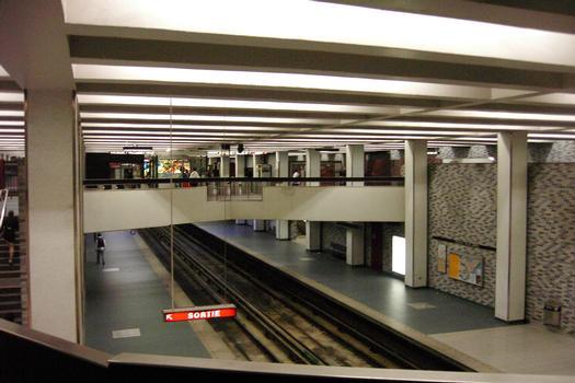 Vue générale du centre de la station Place-des-Arts, remarquez la verrière décorative au fond du niveau mezzanine. Dans le fond de la station, quai direction Angrignon à gauche et quai direction Honoré-Beaugrand à droite. 15/27 ligne Verte Métro de Montréal