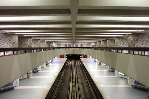 Station Place-des-Arts; vue en direction ouest (Angrignon) à partir d'une inter-passerelle connectant les deux passerelles latérales du niveau mezzanine; 15/27 ligne Verte Métro de Montréal