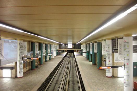 Station Mc-Gill, en regardant vers l'ouest direction Angrignon. Cette station est construite sous le Blvd de Maisonneuve elle relie l'université Mc-Gill ainsi que nombres de grans édifices d'affaires dont la Place Ville-Marie. 16/27 ligne Verte Métro de Montréal