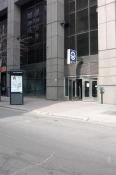 Édicule intégré au rez-de-chaussée d'une tour à bureaux à proximité des Cours Mont-Royal; station Peel, à l'extrémité est de la station. 17/27 ligne Verte Métro de Montréal