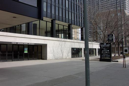 Le Complexe Westmount-Square, avec un autre accès à la station Atwater; remarquez au dessus de l'enseigne identifiant le métro de Montréal ainsi que l'arbre juste au dessus. c'est le Complexe Alexis-Nihon, 19/27 ligne Verte Métro de Montréal