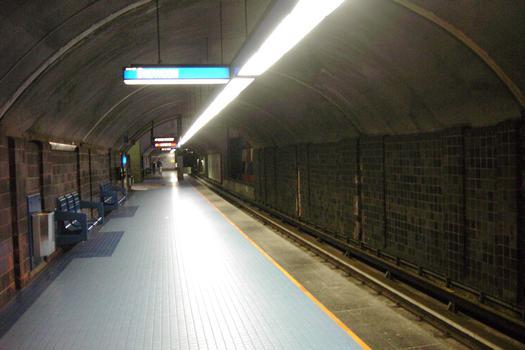 Station de correspondance Jean-Talon; quai direction Snowdon. Le quai direction Saint-Michel se trouve à passer en dessous de celui-ci. 04/12 Lignes Bleue et Orange Métro de Montréal