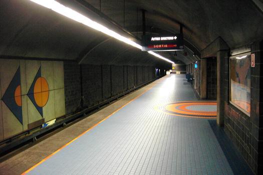 Station de correspondance Jean-Talon; quai direction Snowdon mais en regardant vers l'Est (direction St-Michel). 04/12 Lignes Bleue et Orange Métro de Montréal