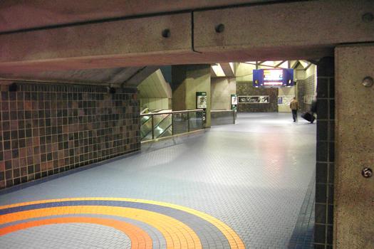 Station de correspondance Jean-Talon: En quittant le quai direction Snowdon, pour accéder à ceux de la ligne Orange ou encore à la surface,(niveaux supérieurs). L'escalier à gauche provient du quai direction Saint-Michel. 04/12 Lignes Bleue et Orange Métro de Montréal