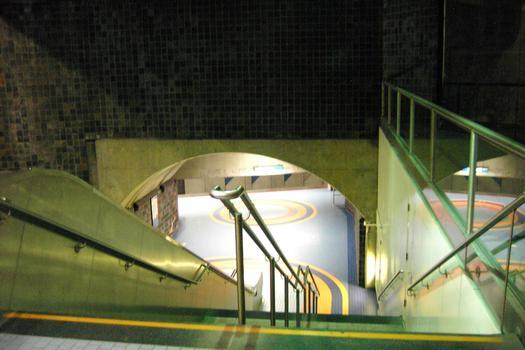 Station de correspondance Jean-Talon: À l'extrémité Est du quai direction Saint-Michel (en bas de l'escalier). 04/12 Lignes Bleue et Orange Métro de Montréal