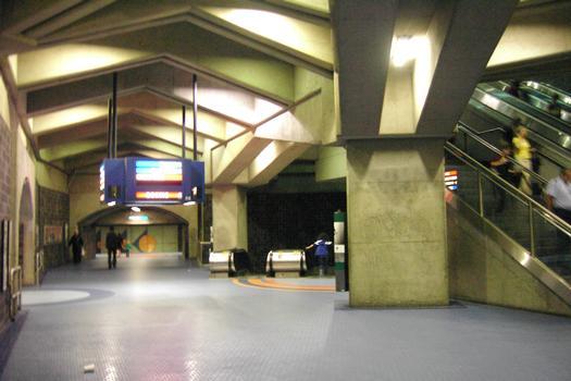Station de correspondance Jean-Talon: Grande salle servant de jonction à différents endroits de la station. Voute de tunnel à gauche de la gauche, ça mène au quai direction Côte-Vertu; à gauche sur ce niveau, le quai direction Snowdon; au centre l'escalier provient du quai direction Saint-Michel; à dorite pour accéder au niveau supérieur le quai direction Montmorency et les sorties. 04/12 Lignes Bleue et Orange Métro de Montréal