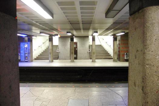 Station Beaubien; Juste en dessous du niveau passerelle; on aperçoit de l'autre côté des voies, les escaliers du quai direction Côte-Vertu (vers la gauche), 23/31 Ligne Orange Métro de Montréal
