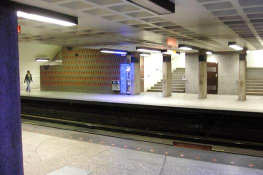 Station Beaubien; Partie centrale de la station au niveau des quais, zone des escaliers. De l'autre côté de la voie, quai direction Côte-Vertu (vers la gauche). 23/31 Ligne Orange Métro de Montréal