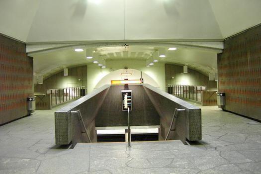 Station Beaubien; Partie centrale de la station; juste au pied des escaliers mécaniques, le niveau passerelle. Escalier droit devant, il mène au quai direction Montmorency (vers la droite); à l'autre bout, accès au quai direction Côte-Vertu (vers la gauche). 23/31 Ligne Orange Métro de Montréal