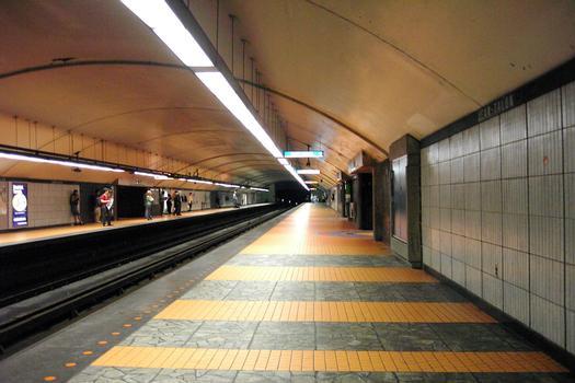 Station de correspondance Jean-Talon; Sur la ligne Orange, quai direction Côte-Vertu, en regardant dans cette direction (vers le Sud). 04/12 Ligne Bleue, et 24/31 ligne Orange Métro de Montréal