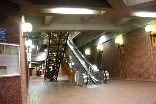 Métro von Montreal - Blaue & Orange Linie - Bahnhof Snowdon