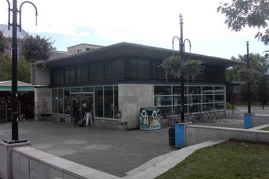 Station Mont-Royal; Édicule de la station situé angle Mont-Royal et De-Châteaubrilland (Plateau-Mont-Royal). 20/31 Ligne Orange Métro de Montréal
