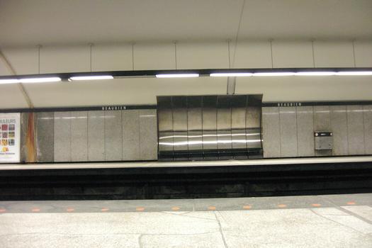 Station Beaubien; Aperçu des détails et des couleurs dans la partie voutée de la station. À gauche direction Côte-Vertu, à droite direction Montmorency. 23/31 Ligne Orange Métro de Montréal
