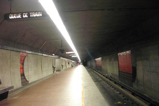 Station De-l'Église, en regardant vers l'ouest, quai direction Angrignon c'est le niveau le plus bas de cette station; le quai et la voie direction Honoré Beaugrand passant juste au dessus. 23/27 Ligne Verte Métro de Montréal