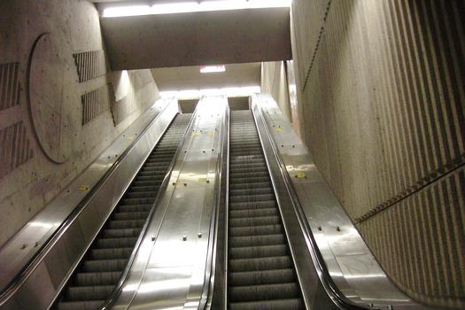 Puits d'escaliers mécaniques de l'extrémité Est de la Station De-l'Église, il relie le niveau passerelle enjambant les quais et les voies du fond de la station au niveau mezzanine qui débouche sur l'édicule Est de la station. 23/27 Ligne Verte Métro de Montréal