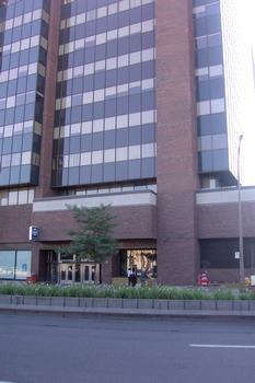 Station de correspondance Jean-Talon; Extérieur de l'édicule desservant la ligne Orange, l'édicule est encastré dans la tour à bureaux Jean-Talon. 24/31 Ligne Orange; et 04/12 Ligne Bleue Métro de Montréal