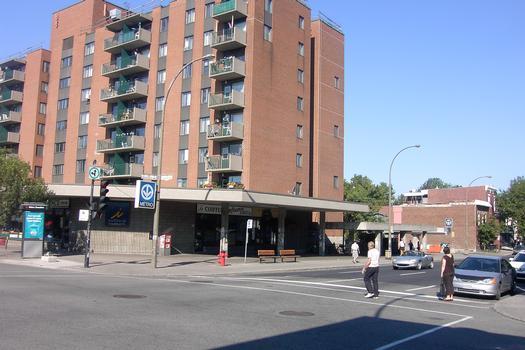 Station Beaubien; Édicule de la station intégré à un complexe d'habitation; situé angle De Châteaubrilland et Beaubien. Le Nord est vers la droite. 23/31 Ligne Orange Métro de Montréal