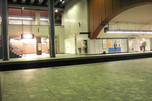 Station Jean-Talon; À l'extrémité Sud de la ligne Orange de la station, (un aperçu du quai direction Côte-Vertu). 24/31 Lignes Orange et Bleue Métro de Montréal