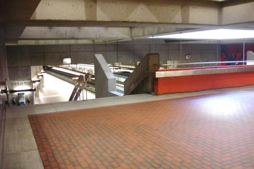 Station terminale Honoré-Beaugrand; Aperçu du quai direction Honoré-Beaugrand depuis le niveau de la mezzanine; 01/27 Ligne Verte Métro de Montréal