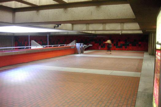 Station terminale Honoré-Beaugrand; Aperçu de la mezzanine de la station; regardant vers les escaliers menants au quai direction Angrignon, la guérite de perception est située vers la droite. 01/27 Ligne Verte Métro de Montréal