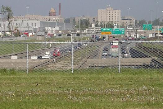 Portail Nord du Tunnel L-H Lafontaine, photo au téléobjectif prise depuis la rue Notre-Dame Montréal