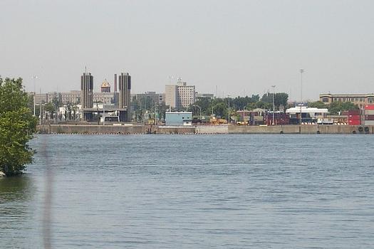 Tour de ventilation nord du tunnel L-H Lafontaine sur le port de Montréal; à l'arrière plan de la tour, l'hôpital psychiatrique L-H Lafontaine; photo prise depuis la tour de ventilation sud sise sur l'Île Charron Longueuil, Parc des Îles de Bouchervulle Qc Ca