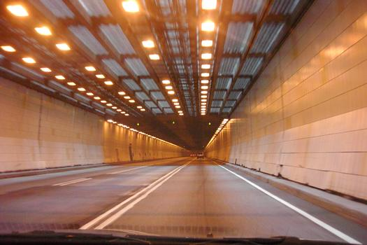 Tunnel Louis-Hippolyte-Lafontaine; Descente côté nord sur 400 mètres, pente = 4,5 %