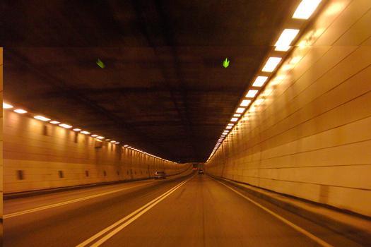 Tunnel Louis-Hippolyte-LafontainePente descendante de 4,5 %, à 100 mètres du puits de la tour de ventilation Nord