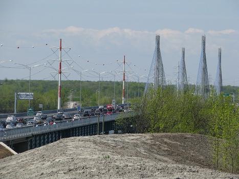 Vue latérale du pont depuis un monticule situé à l'est de l'ouvrage