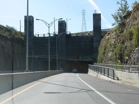 Entrée est du tunnel de Melocheville. Il fut creusé et construit à ciel ouvert en 1957, il franchit l'écluse de Beauharnois en aval du canal portant le même nom. Il permet à la route 132 de relier la municipalité de Beauharnois à Melocheville et Salaberry de Valleyfield