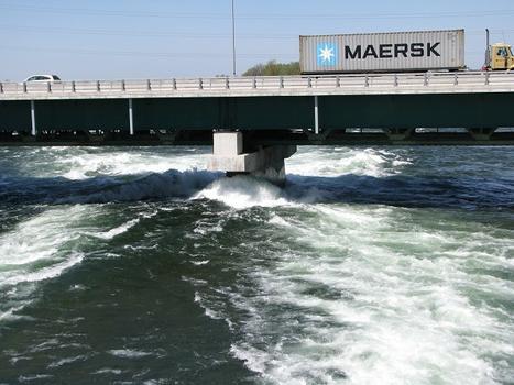 Provenant de l'évacuateur de crues de la digue Les-Cèdres, un courant impétueux heurte avec grande force l'un des piliers du pont Mgr Langlois. Arrondissement de Grosse-Île Salaberry de Valleyfield Qc Ca