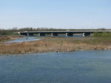 Aperçu depuis la gigue d'Hydro-Québec Les-Cèdres, la section centrale du pont reliant deux petites îles dans le chenal nord du fleuve Saint-Laurent
