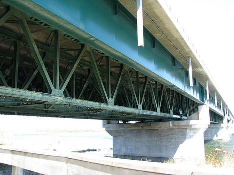 Vue en rapproché; structure à poutres en treillis soutenant le tablier du pon, elle date d'environ 1925; les poutres latérales à âme pleine ont été rajoutées beaucoup plus tard afin d'élargir le pont