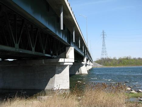 Vue en amont de la structure à poutres en treillis soutenant le tablier du pont, elle date d'environ 1925; les poutres latérales à âme pleine ont été rajoutées beaucoup plus tard afin d'élargir le pont