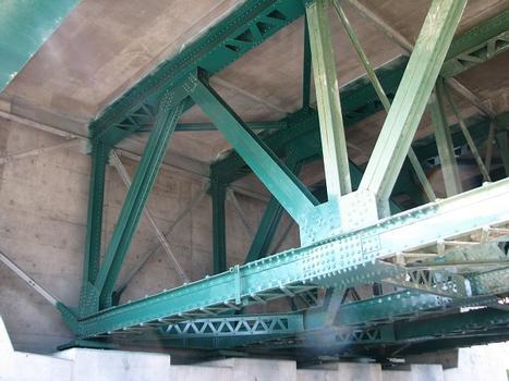 Vue détaillée de la structure à poutres en treillis à proximité de l'assise nord; Les-Cèdres Qc Ca