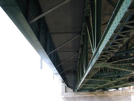 Côté aval de la section nord du pont; vue en détail de l'ajout d'une poutre latérale à âme pleine servant à élargir le pont