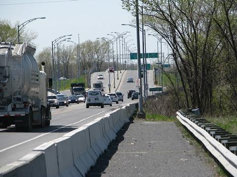 Grossissement au téléobjectif de la partie du pont franchissant le canal de Soulanges. Les-Cèdres Qc Ca. L'extrémité nord du pont sert d'accès à l'autoroute du Souvenir A-20 vers Montréal et l'A-401 autoroute Macdonald-Cartier vers Toronto et Windsor en Ontario,