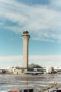 Kontrollturm am internationalen Flughafen von Denver