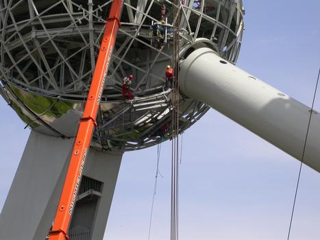 Atomium, Bruxelles Placement du nouveau revêtement extérieur