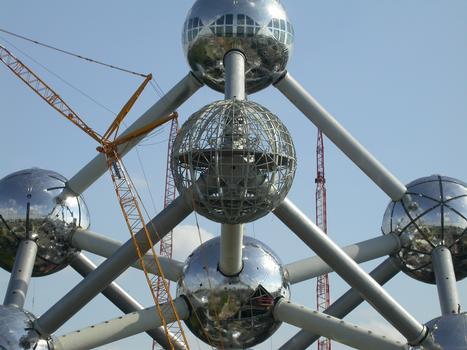 Atomium, Bruxelles Presque toutes les sphères ont déjà leur nouveau revêtement