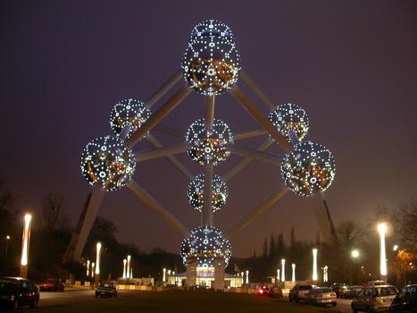 Atomium, Bruxelles Après rénovation, l'atomium a retrouvé son dispositif lumineux d'origine