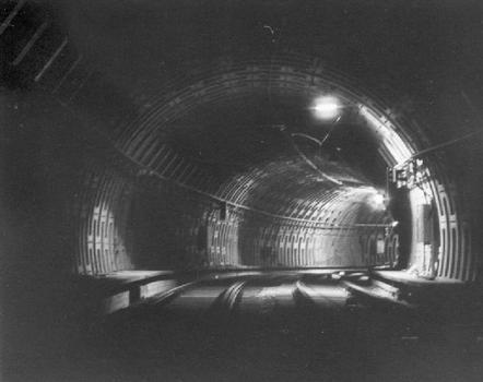 Tronçon de tunnel entre les stations Arts-Loi et Parc, réalisé à l'aide d'un bouclier. Ce procédé, expérimenté sur ce tronçon, a été abandonné car incompatible avec la nature du sous-sol de Bruxelles (notamment le niveau de la nappe phréatique)