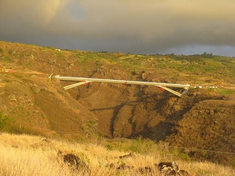 Viaduc de la Grande Ravine. Vue de l'ouvrage après le dernier lançage L6 en rive droite. Le tablier a une longueur de 288m et se situe 170m au dessus de la ravine