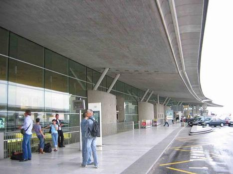 Aéroport Roissy Charles de Gaulle. Extérieur du terminal 2F