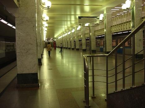 Metrobahnhof Bulwar Dmitrija Donskowo, Moskau