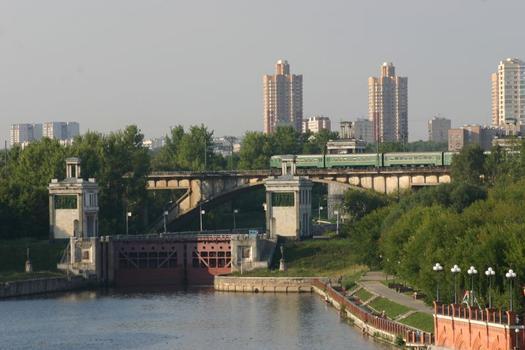 Rizhsky-Eisenbahnbrücke und Schleuse Nr. 8 des Moskau-Wolga-Kanals in Moskau