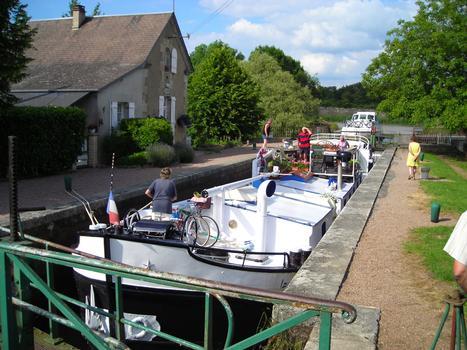 L'écluse numéro 13 de Mingot,située sur le versant Loire du Canal du Nivernais et plus précisément sur la commune de Chatillon en Bazois