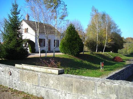 La maison eclusière n. 16 de Cueillon située sur le versant de la Loire du Canal du Nivernais et plus précisément sur la commune de Chatillon en Bazois