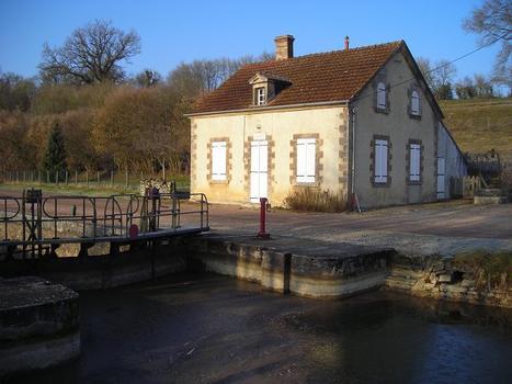 L'écluse numero 17 de Eguilly, située sur le versant Loire du Canal du Nivernais et plus exactement sur la commune d'Alluy