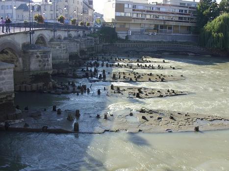 Anciennes fondations des vieux moulins du pont du marché coté aval visibles lors d'un abaissement du niveau de la Marne (travaux sur barrage)